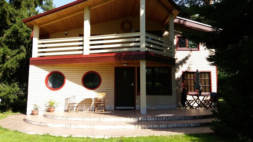 В Эстонии, пригороде Таллина продается четырехкомнатный дом в прекрасном состоянии. Дом расположен в районе Vääna-Jõesuu külas, Almare tee 5.